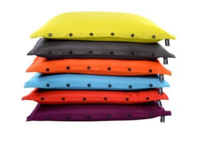 Poufs, coussins de plusieurs couleurs