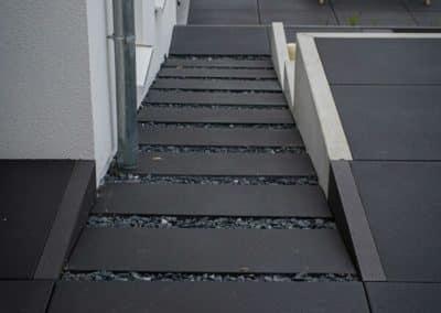 Aménagement extérieur - Escaliers noirs entre sobriété et élégance