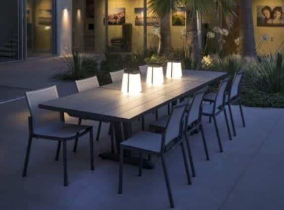 Table et luminaires de la marque Les Jardins